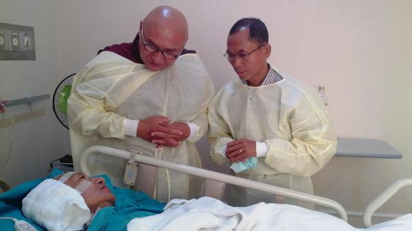KO KO GYI VISIT INJURED MONK AND GIVE DONATION FROM 88 GENERATION STUDENTS