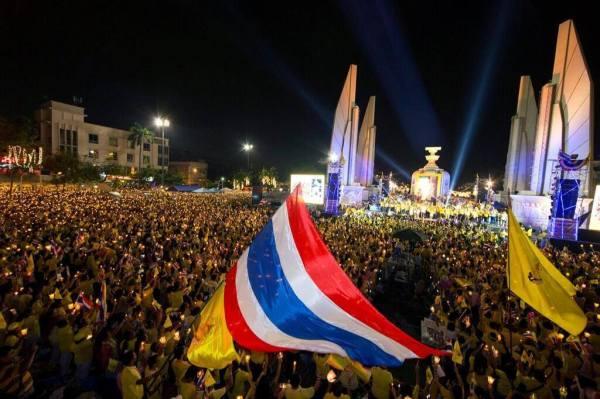 มวลมหาประชาชนร่วมจุดเทียนชัยถวายพระพรพระบาทสมเด็จพระเจ้าอยู่หัว พร้อมเปล่งเสียงทรงพระเจริญดังกึกก้อง 6 #WeLoveKingTH #welovekingthailand #ทรงพระเจริญ