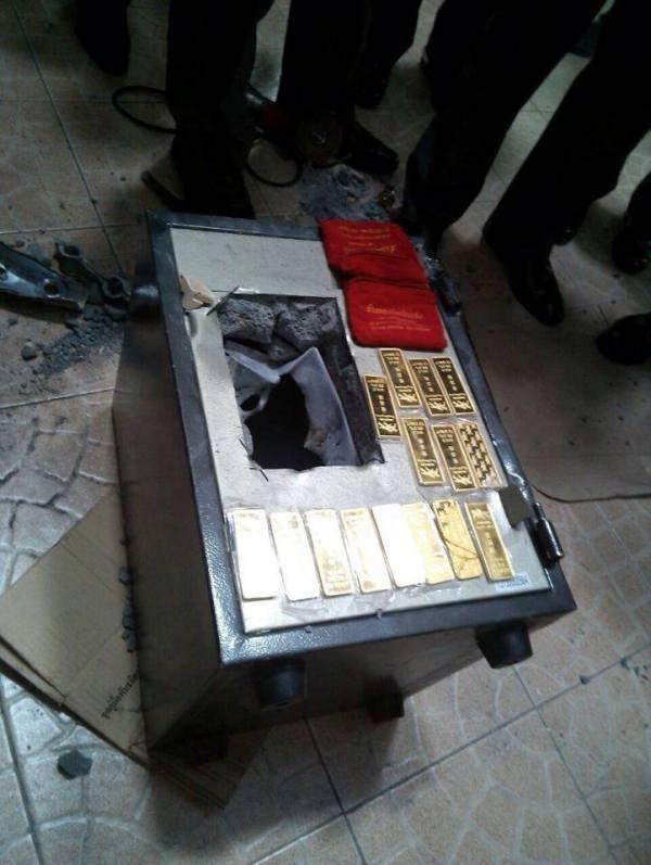 ภาพนี้นะ ทองคำ 150 บาท ในตู้เซพ (คูณ 2 หมื่น ก็ 3 ล้านบาทแระ- ไอ้บ้าอ้างเป็นหนี้แค่ 1.9 ลบ. ฟังงัยก็ไม่ขึ้นอ่ะ)