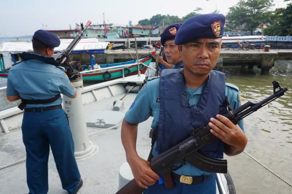 Sejumlah personel TNI AL bersiaga dengan persenjataan mereka di Kapal Angkatan laut (KAL) Serayu di sekitar Dermaga Sleko, Cilacap, Jateng, Selasa (24/2)